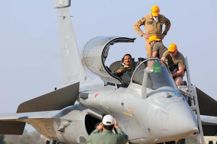 केंद्रीय मंत्री राजीव प्रताप रूडी ने बेंगलुरू एयरशो में राफेल उड़ा बनाया रेकार्ड